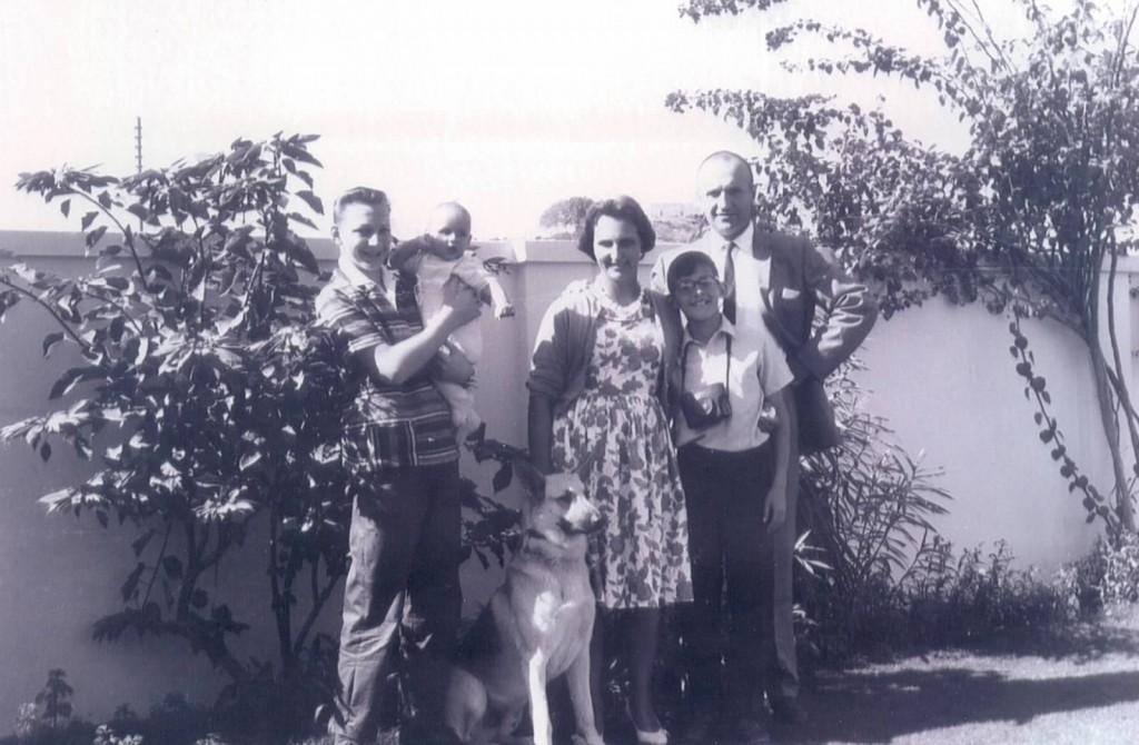 Jan z Braćmi, Rodzicami i psem w ogrodzie domu rodzinnego w Karaczi
