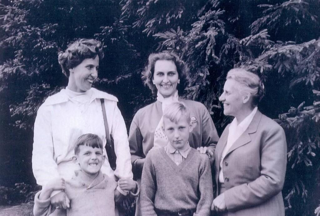 Jan ze starszym Bratem, Ciocią, Mamą i Babcią (tą od Falskiego), podczas pierwszego pobytu w Polsce